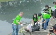 """""""Ông Tây"""" cùng hàng trăm tình nguyện viên nhặt rác dọc sông Tô Lịch"""