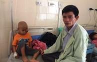 LD1760: Rớt nước mắt cảnh bé trai bị khối u đẩy mắt trái lồi ra ngoài