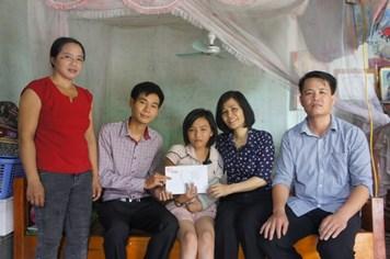 Trao 5 triệu đồng hỗ trợ từ bạn đọc cho em Ngô Phương Nhung
