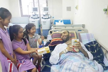 """LD1778: Thầy giáo """"vui vẻ"""" người nước ngoài gieo chữ ở Sơn La đang phải đau đớn với bệnh ung thư"""