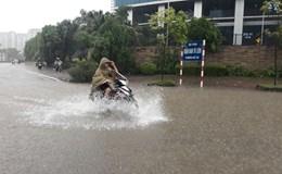 """Hà Nội mưa ngập do ảnh hưởng bão số 2: Mỗi CSGT là một """"biển báo an toàn"""""""