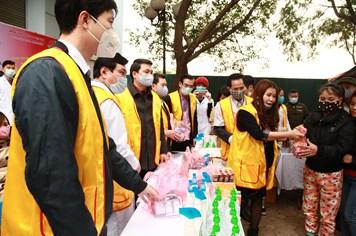 Bệnh viện phát khẩu trang, nước rửa tay sát khuẩn miễn phí cho người dân