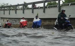 Sài Gòn lại mưa lớn, nhiều tuyến đường thành sông