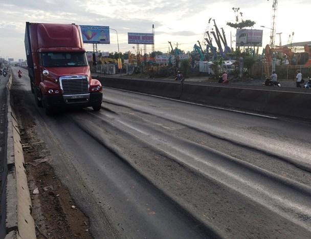 Quốc lộ 1, đoạn qua khu vực dốc Thiên Thu (tỉnh Bình Dương), hằn lún nghiêm trọng trước khi được sửa tạm.  Ảnh: CTV