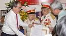 Bí thư Thành uỷ Nguyễn Thiện Nhân trao huy hiệu 60, 70 năm tuổi Đảng cho các đảng viên
