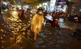 Chùm ảnh: Người Sài Gòn bì bõm lội nước về nhà chiều cuối tuần