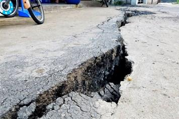 TPHCM: Vết nứt dài uy hiếp an toàn gần chục nhà dân ở Nhà Bè