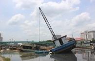 TPHCM: Sà lan đè chìm thuyền chở đất ở công trình chống ngập
