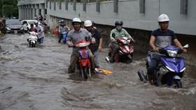 """Xe chết máy la liệt ở """"rốn"""" ngập Sài Gòn"""