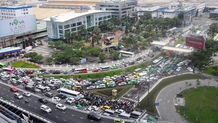 """Kẹt xe kinh hoàng, lái xe """"nổi điên"""", hành khách chạy bộ vào sân bay Tân Sơn Nhất"""