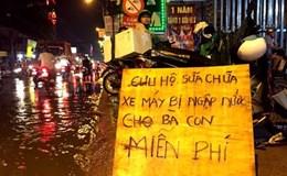 Ba thanh niên dầm mưa 5 tiếng  sửa xe máy miễn phí