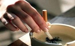 Mẩu thuốc lá và đống rác