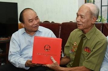 Thủ tướng viếng các anh hùng liệt sĩ Trung đoàn Tây Tiến