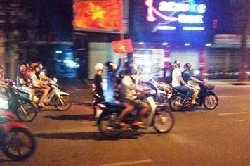 """Tuyển Việt Nam chiến thắng, cảnh sát đề phòng """"quái xế"""" đua xe"""