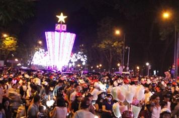 TPHCM: Hàng vạn người đổ về trung tâm đón Noel, kẹt xe nghiêm trọng