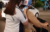"""Ngồi xe máy """"săn"""" Pokemon giữa trung tâm Sài Gòn"""
