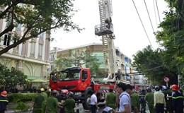 Giải cứu nhiều người kẹt trong nhà 4 tầng bốc cháy