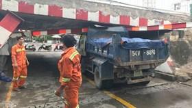 TPHCM: Xe tải húc cong thanh chắn, kẹt dưới gầm cầu Bùi Hữu Nghĩa
