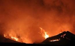 Video: Cháy dữ dội kho hàng tại quận 4 lúc nửa đêm