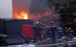 TPHCM: Hàng trăm cảnh sát nỗ lực dập đám cháy cực lớn ở xưởng nhựa