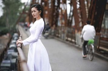 Mai Thanh Hà đẹp nao lòng với áo dài giữa trời đông Hà Nội