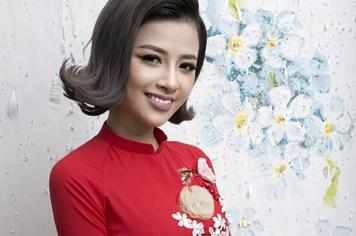 Dương Hoàng Yến diện áo dài điệu đà đón Xuân