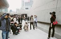 Milan Phạm thu hút ống kính trên đường phố Seoul