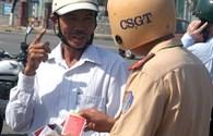 Xử phạt đội mũ bảo hiểm giả: Cảnh sát giao thông than khó!?
