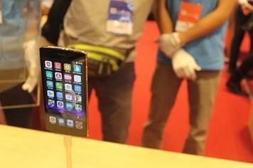 Cận cảnh điện thoại BPhone mạ vàng 24K