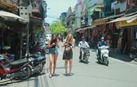 Hà Nội: Tái lấn chiếm vỉa hè, người đi bộ lại bị đẩy xuống lòng đường