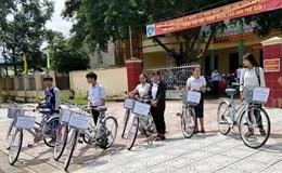 Giáo viên miền núi mua xe đạp cho học sinh mượn đi học