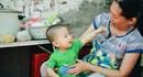 Bé trai 13 tháng tuổi ngủ vỉa hè mỗi ngày để bố mẹ mưu sinh