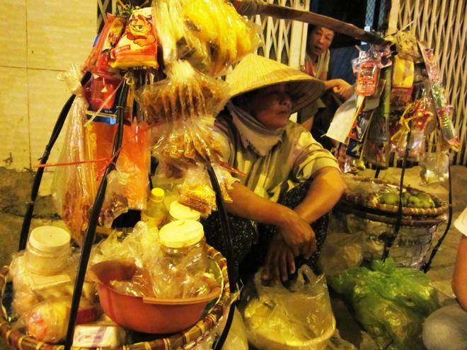 Bà Mười Hiền và gánh bánh tráng trộn 17 năm trời ở đường Nguyễn Hữu Cảnh.