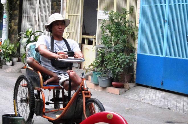 """Ông Ba (người Phú Yên) và """"đôi chân vốn liếng"""" là chiếc xe lăn, mưu sinh bằng nghề bán vé số. Ảnh: KQ - MQ"""