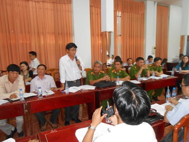Đại diện UBKT Đảng ủy khối dân chính Đảng phát biểu tại cuộc họp báo đổ cho cá nhân ông Trần Xuân Báu - Phó chủ nhiệm UBKT Đảng ủy khối dân chính về kết luận công bố trước đây về tiêu cực tại phòng GĐYK