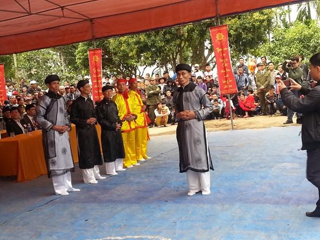 Chủ lễ Phạm Phú Onah và các bồi lễ tại Lễ hội minh thề.