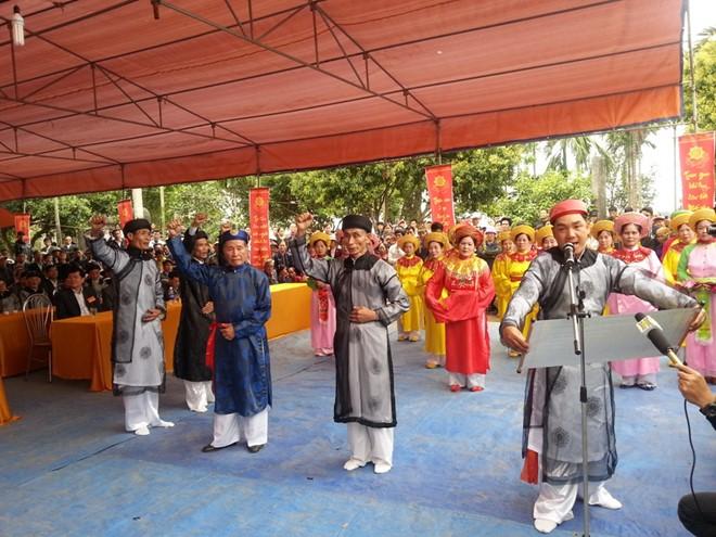 Anh Nguyễn Văn Cường đọc hịch văn minh thề, chủ lễ và bồi lễ giơ tay xin thề.