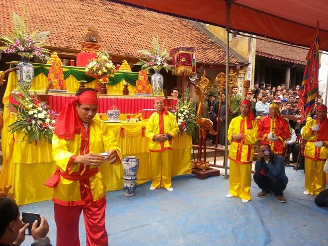 Bồi lễ dâng rượu cho các chức sắc trong làng uống xin thề.