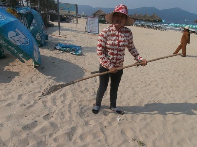 Chị Huỳnh Thị Thôi (trú P.Phước Mỹ, Q.Sơn Trà): Ý thức bảo vệ môi trường biển của người dân và du khách ngày càng cao. Ảnh: Nhiệt Băng