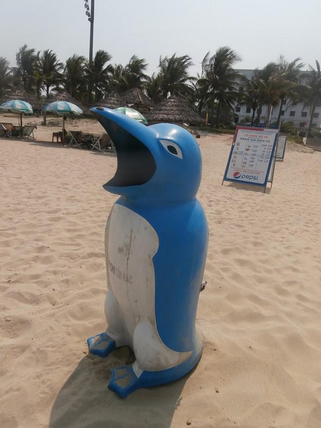 Thùng rác chim cánh cụt xin rác được bố trí trên bãi biển và lối đi xuống bãi tắm Mỹ Khê, Sao Biển, Phạm Văn Đồng... Ảnh: Nhiệt Băng