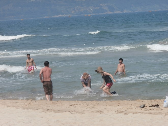 Dạo chơi và tắm trên bãi biển sạch bong. Ảnh: Nhiệt Băng