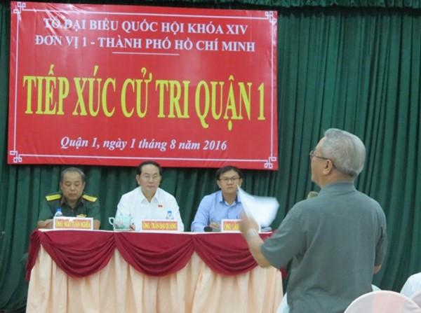 Cử tri TPHCM trình bày ý kiến với Chủ tịch Nước và tổ đại biểu Quốc hội - Ảnh: L.T