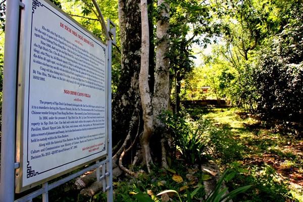 Tọa lạc tại ấp Ngũ Tây (làng An Cựu), nay là phường An Tây (TP.Huế), khu biệt thự của Ngô Đình Cẩn (1912-1964) trước đây là của một người Sài Gòn tên là Bát Tấn sở hữu.