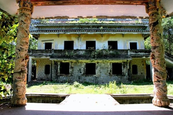 Vào năm 1956, Ngô Đình Cẩn gây áp lực buộc ông chủ người Hoa phải nhường lại khu vườn mình.