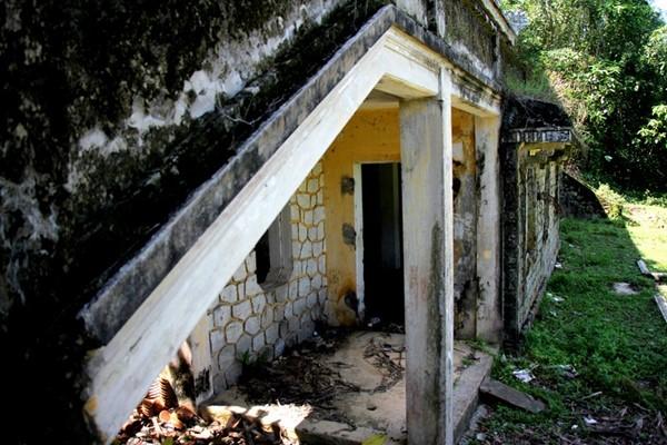 Theo các tài liệu, Ngô Đình Cẩn sử dụng khu biệt thự để theo dõi, giám sát, chỉ đạo các hoạt động tra tấn, đánh đập của tay sai đối với các tù nhân bị giam cầm, đày ải tại nhà lao Chín Hầm cách đó không xa.