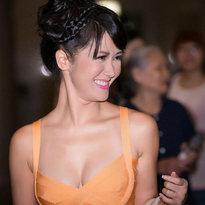 Từ sau khi kết hôn với người chồng ngoại quốc, Hồng Nhung ngày càng xinh đẹp, trẻ trung dù đã bước sang tuổi 40.