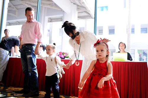 Trở về nước tham dự Lễ hội âm nhạc quốc tế Gió Mùa do nhạc sĩ Quốc Trung làm Tổng đạo diễn (từ 2-4.10), diva Hồng Nhung không chỉ về một mình mà mang theo 2 thiên thần nhỏ - Tôm và Tép, cùng người chồng ngoại quốc của mình.