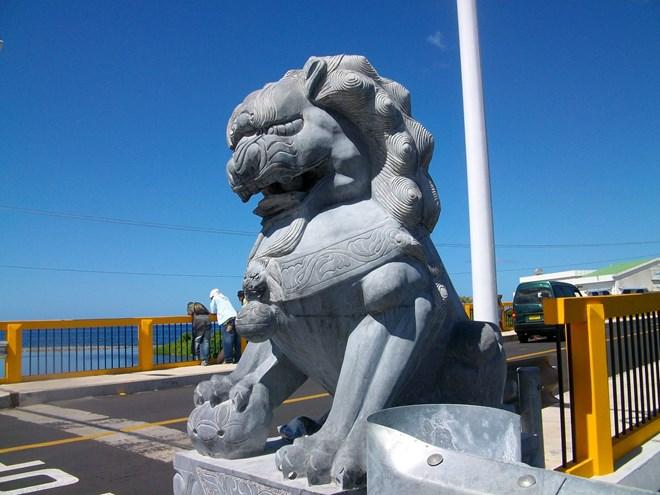 Sự xâm nhập của sư tử ngoại lai vào công sở, đền thờ, miếu mạo của Việt Nam đã làm nóng dư luận thời gian qua.