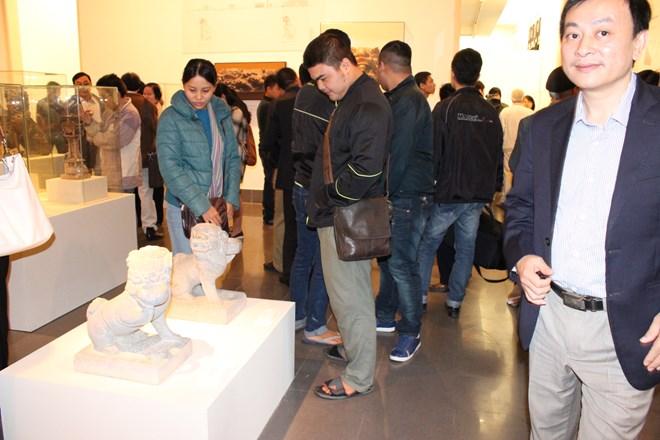 Rất đông người dân đã tới tham quan và chiêm ngưỡng những tác phẩm điêu khắc công phu, đẹp mắt của những người thợ thủ công Việt Nam.