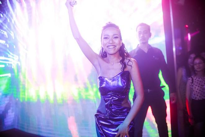Đồng thời, cô cũng là nữ ca sĩ khá đắt show mời hát sự kiện.